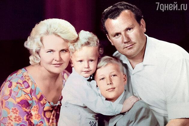 Олег Штефанко с родителями и братом