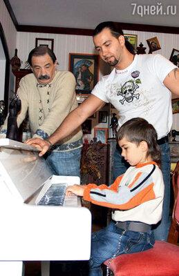 Мужская часть семейства всборе— отец, сын и внук. 2007 г.