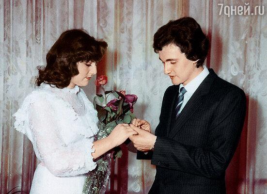 «Редко юноша толком понимает, зачем он идет на свадебную церемонию и с кем. И уж совсем не представляет, куда приведет невесту после загса» С первой женой Эльмирой. 1983 г.