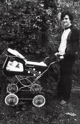 «Чтобы купить эту гэдээровскую коляску с окошком, я совершил предательство» С сыном Денисом. 1984 г.