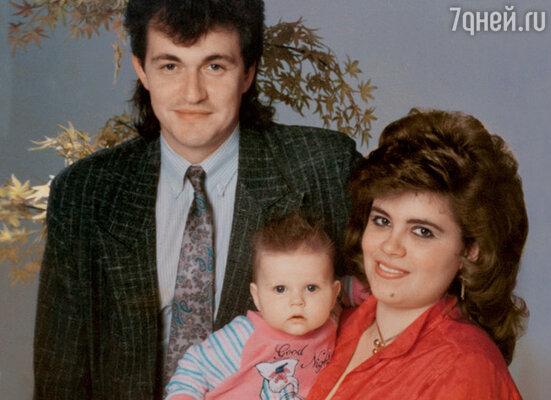 «Мне стало не до семьи. А кому нужен папаша, которого никогда нет дома? Как нормальная женщина может это терпеть?..» Со второй женой Ольгой и дочкой Ладой. 1996 г.