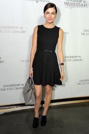Камилла Белль в платье от Shoshanna, с сумкой от Coach и туфлях от Miu Miu