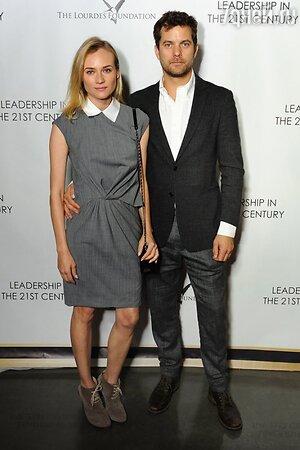 Джошуа Джексон и Диана Крюгер в платье от Thakoon, с сумкой от Chanel