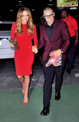 С 25-летним любовником и хореографом ее шоу Каспером Смартом в день своего 43-летия. Нью-Йорк, 2012 г.