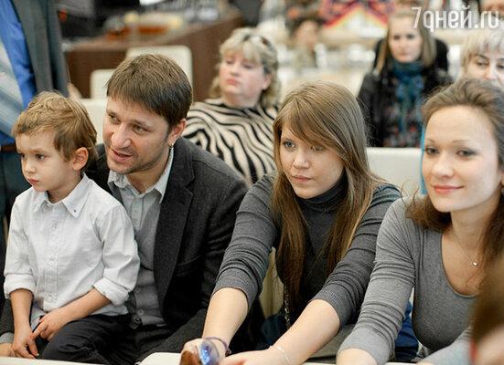 Виктор Логинов с сыном Сашей, дочерью Анной и женой Ольгой