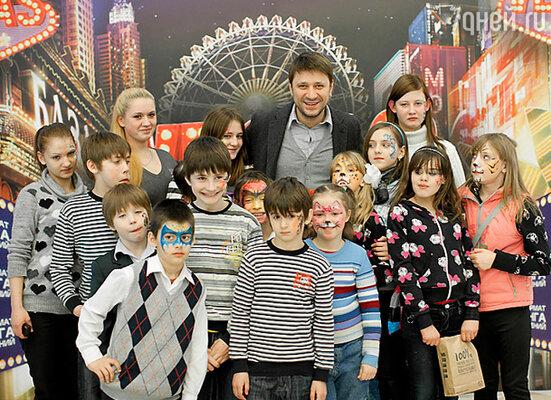 Виктор Логинов с воспитанниками детского дома