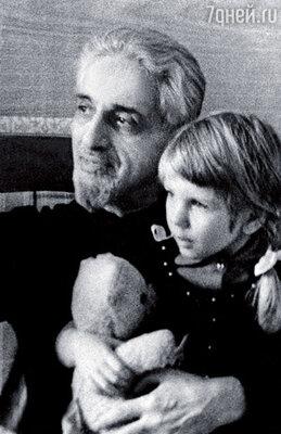 Дедушку, Виктора Ардова, я, к сожалению, помню не очень хорошо. Он умер, когда мне было шесть лет