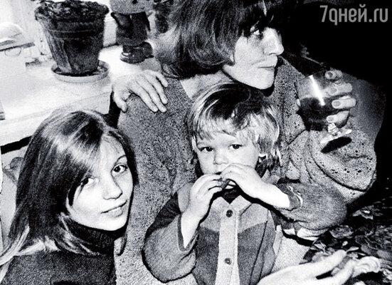 Я с мамой и младшей сестренкой Настей Старыгиной. Она моложе на восемь лет
