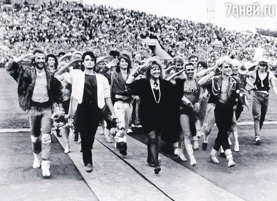 «Шествие» артистов перед концертом в Свердловске. Крайний слева Игорь, в центре — Примадонна