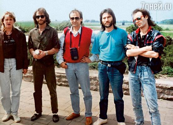 Группа «Спасательный круг». Снимок сделан за год до гибели Игоря (второй слева).  Я — второй справа. Говорят,  на этом фото мы с братом очень похожи