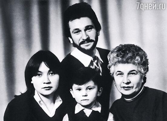Брат с женой Татьяной, мамой Ольгой Юльевной и сыном Игорем