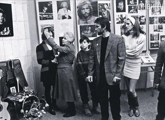 Прожив после гибели Игоря шестнадцать лет, мама очень многое сделала для его памяти.  На снимке (слева направо): Таня, мама, Игорек, я и моя жена Вера в музее брата
