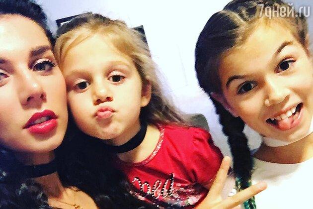 Анна Седокова вместе с дочерьми: старшей Алиной и младшей Моникой