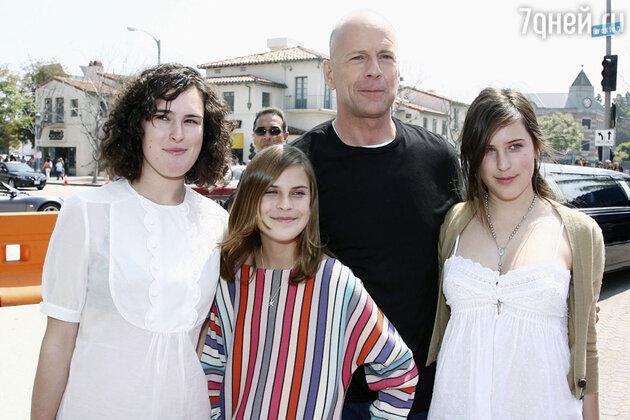 Брюс Уиллис с дочерьми  Румер , Скаут-Лару и Таллулой Бэлл