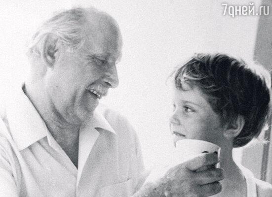 Бруно Артурович Фрейндлих с внучкой Варей. 1974 г.
