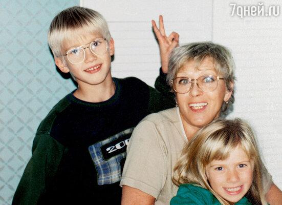 С внуками Никитой и Аней. 1999 г.