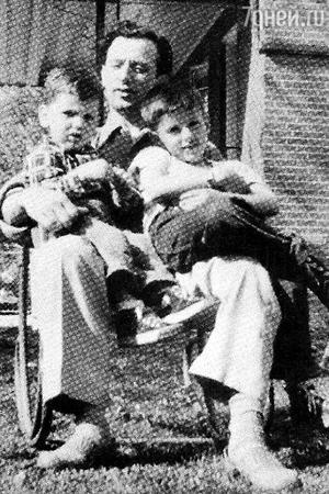 Фрэнк Сталлоне с сыновьями Фрэнком-младшим слева и Сильвестром (справа)