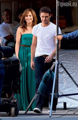 На съемках фильма «Парень по соседству» Дженнифер отчаянно флиртовала с молодым актером, бывшей моделью Райаном Гузманом