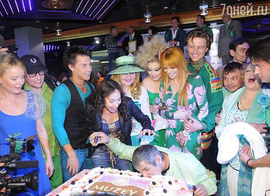 Именинник Бари Алибасов под дружное «Happy Birthday!» ударил лицом в огромный торт, преподнесенный итальянским шеф-поваром