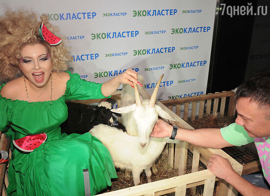 Лена Ленина и Костя Цзю подоили козу на глазах у изумленных козлят