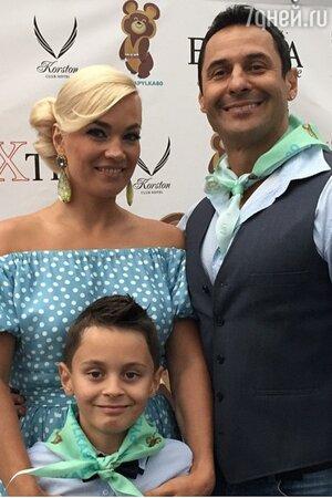 Стас Костюшкин с женой Юлией и сыном Богданом