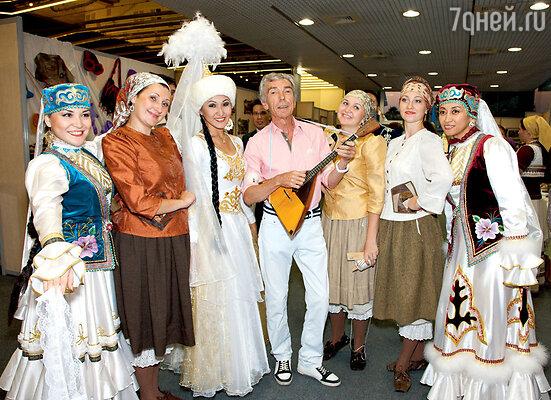 Юрий Николаев с участницами фестиваля