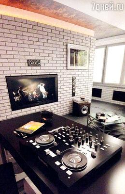 Эту комнату с диджейским пультом дизайнер проектировал вместе ссыном Виктории