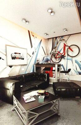 Граффити на стенах, анасамом видном месте — любимый велосипед, сразу видно, что здесь будет жить молодой парень