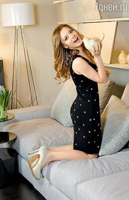 «Это трикотажное маленькое черное платье с шипами — от американского дизайнера — прослужило мне два года, и сейчас не поднимается рука его выбросить. Оно очень практичное и при этом сексуальное»