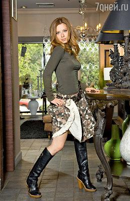 В память о времени юношеского бунтарства певица иногда надевает юбку цвета хаки в комплекте с высокими сапогами и водолазкой
