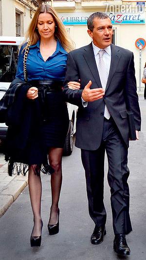 Антонио Бандерас с подругой Николь Кемпел в родном городе актера Малаге. Декабрь 2014 г.
