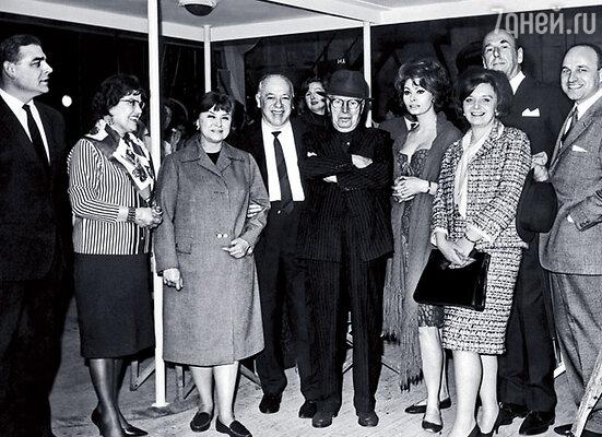 Мой папа, Виталий Яковлев, и мама на приеме в Лондоне с Чарли Чаплиным, Софи Лорен и Ростиславом Пляттом