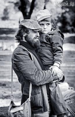 Молодой архитектор Хотиненко был бородатым, длинноволосым, совершенно бесшабашным. Володя с сыном Ильей