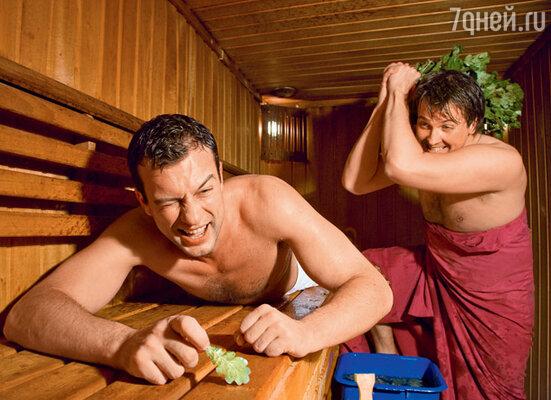 Денис Матросов оказался опытным банщиком и хорошенько прошелся дубовым веничком по спине друга