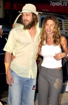 До встречи с Джоли Питт выглядел счастливым сДженнифер Энистон. 2002 г.