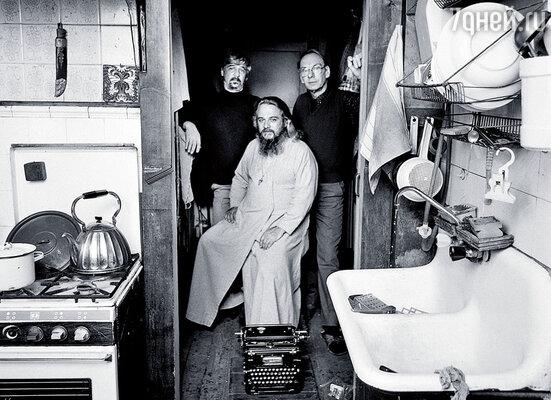 Я с Борисом (слева) и Михаилом Ардовыми в квартире на Ордынке, 1995 год