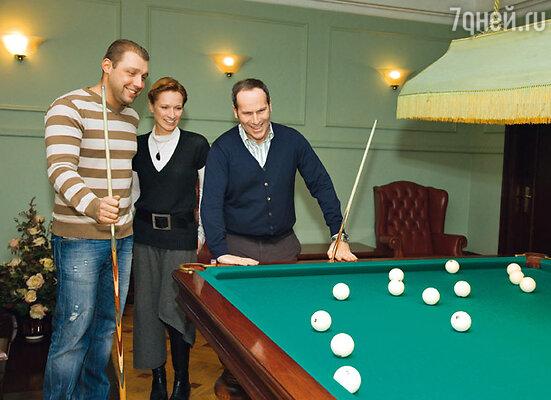 Отсовещавшись, Владимир Кирсанов и Михаил Шац решили расслабиться за партией в бильярд. Наблюдает Мария Киселева