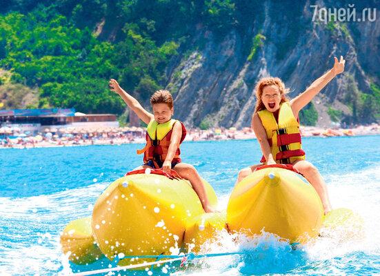 Татьяна Абрамова со старшим сыном Иваном устроила заплыв на надувных бананах
