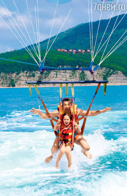 Пятилетний Кузьма Яременко впервые в жизни полетал вместес папой, актером Валерием Яременко, на парашюте