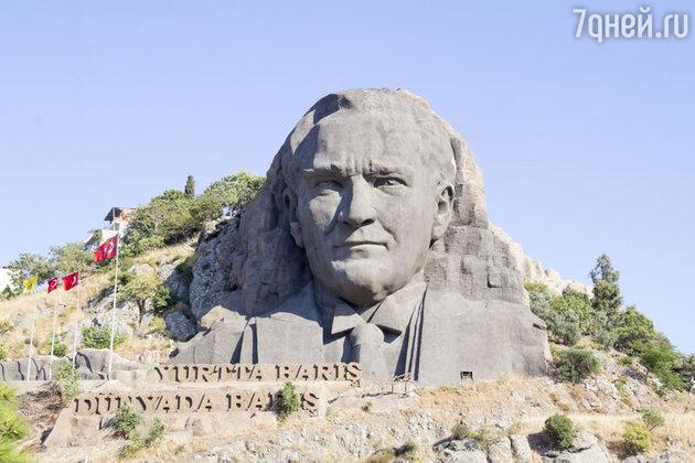 Памятник Кемалю Ататюрку в Измире