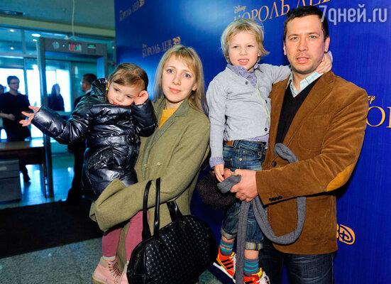 Андрей Мерзликин с детьми и женой
