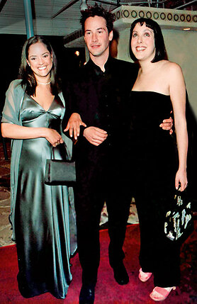 Киану Ривз с сестрами Ким (которой спомощью брата удалось победить болезнь) и Кариной (справа)