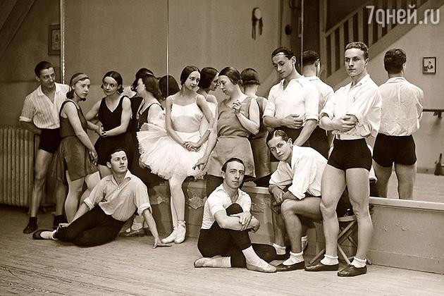 Ольга Спесивцева  (в центре) с труппой Гранд-опера