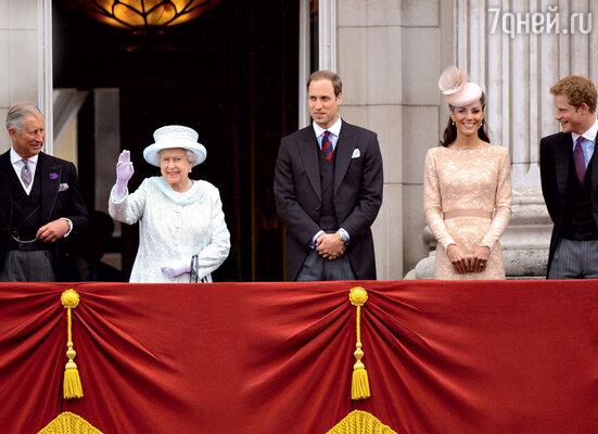 Ходят слухи, что Елизавета собирается отказаться откороны— в пользу обожаемого внука Уильяма. Чарльз в этом случае навсегда теряет надежду стать королем, а Камилла — королевой