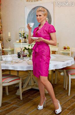 Это платье певица купила в Сен-Тропе во время отпуска, но надела его только в Москве. Наряд имел бешеный успех