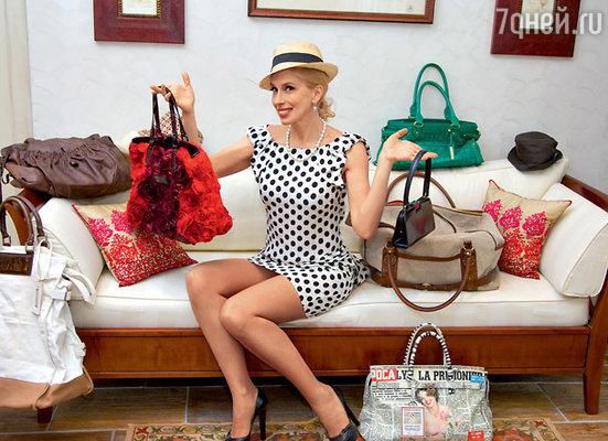 Объемные сумки Алена любит за вместительность, а мужские шляпы  — за универсальность: они одинаково хорошо смотрятся как с романтическими платьями, так и с пляжными шортами