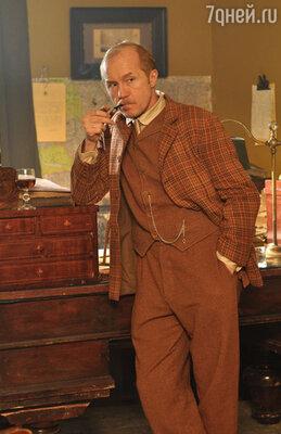 Трагически погибший Андрей Панин, сыгравший в сериале роль доктора Уотсона, все же говорит его голосом