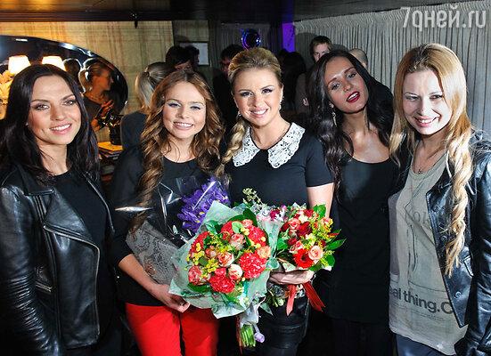 Анна Семенович (в центре) и участницы группы «Блестящие»