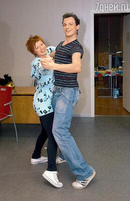 Юля Савичева учит Бланшара танцевать на ковре, а он ее — на льду