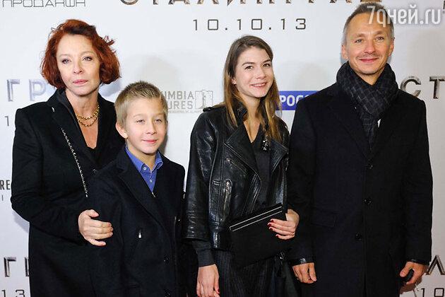 Анастасия Вертинская с сыном Степаном Михалковым и внуками на премьере фильма «Сталинград»